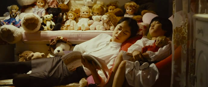 The servant hired to mother the wealthy child who offers politeness as a means of putting her own interests first. The Housemaid / Hanyeo Sang-soo Im, 2010 Cinematography | Lee Hyung-deok